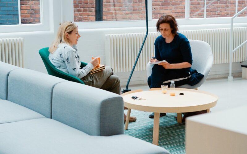 Deux personnes collaborant dans un open space